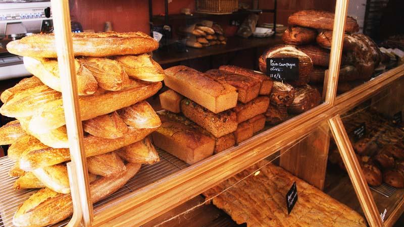 Photo des baguettes au levain naturel et des pains sans gluten de la boulangerie La Source à Forcalquier 04300 - 800x450