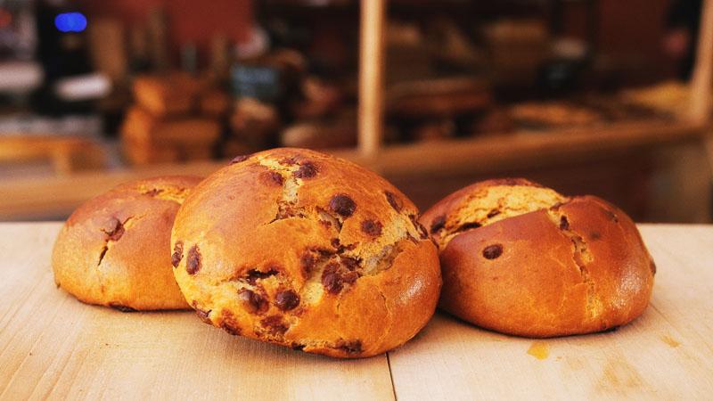 Photo des brioches au chocolat de la boulangerie bio La Source à Forcalquier 04300