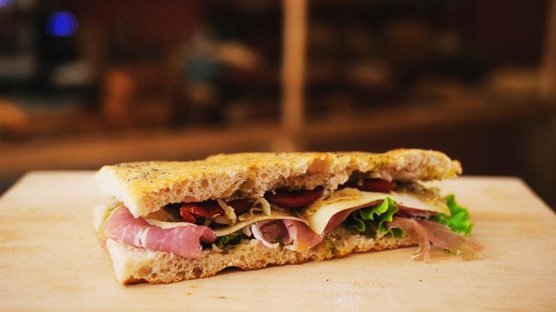 Photo sandwich charcuterie de la boulangerie bio La Source à Forcalquier 04300
