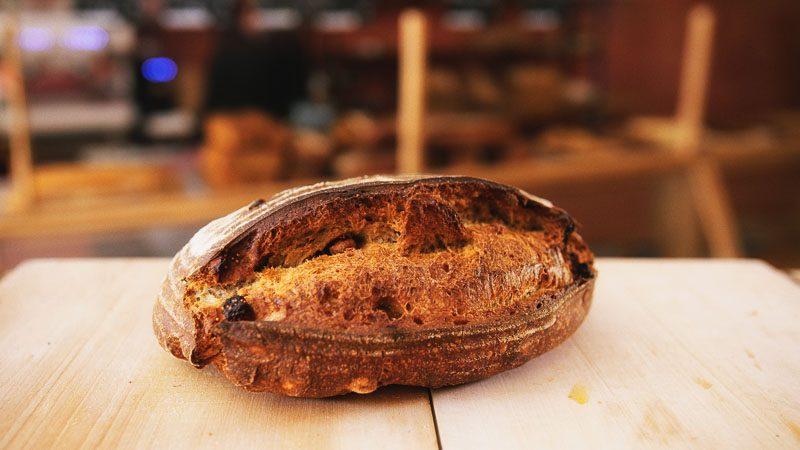 Photo pain fruits secs amandes de la boulangerie bio La Source à Forcalquier 04300